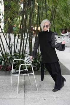 This Beautiful Old Professor Accidentally Became A Fashion Icon And I'm Here For It Lyn Slater, a Associate Professor at Fordham, was photographed on the streets of NYC during Fashion Week. Since her chance encounter, Lyn has started an 60 Fashion, Fashion Over 50, Fashion Beauty, Fashion Outfits, Fashion Tips, Fashion Stores, Womens Fashion, Icon Fashion, Workwear Fashion