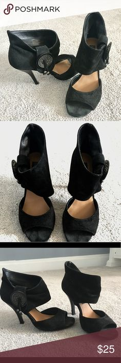 Black Steve Madden Luxe heeled shoes It's a sexy black heeled shoes by Steve Madden Luxe that can be dressed up or down.  I loved wearing these with jeans. It unfortunately doesn't fit mw anymore after having 2 babies. Steve Madden Shoes Heels