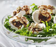 Fulländad sallad med exemplariskt innehåll! Chèvre med rostade nötter, fikonvinägrett och ruccola är en samling ingredienser med hög standard. Receptet är enkelt att göra och resultatet blir mycket uppskattat.