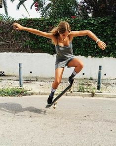 Quest Longboards is a top-selling longboard brand that is based in California, USA. We provide longboard skateboards that complement the leisure skaters' lifestyle! Burton Snowboards, Kitesurfing, Ski Et Snowboard, Look Skater, Motard Sexy, Foto Sport, Shotting Photo, Tumbrl Girls, Skate Girl