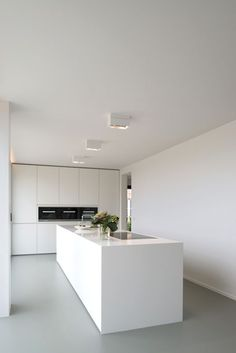 Super contemporary all white kitchen with huge flat surfaces and a monolithic ki White Kitchen Ideas Contemporary flat Huge Kitchen monolithic super surfaces White Kitchen Room Design, Modern Kitchen Design, Kitchen Interior, Minimal Kitchen, Interior Minimalista, All White Kitchen, White Kitchen Island, Cuisines Design, Kitchen Flooring