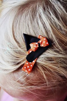 witch hat halloween hair bow A few simple folds and rounding a few edges and you have exactly what's in the picture! Make sure you buy a thicker black ribbon so you have room to cut Ribbon Hair Bows, Diy Hair Bows, Bow Hair Clips, Hair Barrettes, Hairbows, Ribbon Art, Ribbon Crafts, Halloween Hair Clips, Halloween Witch Hat