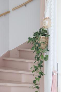 Make over: roze trap en deur in de kleur Skin Powder - Stijlinge - DIY Timber Staircase, Painted Staircases, Painted Stairs, Hallway Inspiration, Living Room Inspiration, Interior Design Inspiration, Yellow Hallway, Hall Tiles, Stairway To Heaven