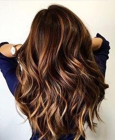 Langes braunes Haar mit Karamell-Akzenten