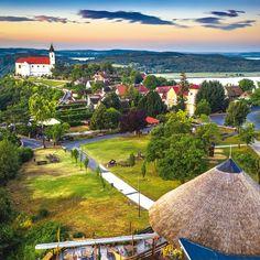 Tihany, Lago Balatón. El paisaje y las vistas que ofrece esta región de Hungría te dejará impresionada ¿Te apuntas? #ConTransrutas #Europa #Hungria Czech Republic, Budapest, Poland, Golf Courses, Explore, Group, Beautiful, Destiny, Europe