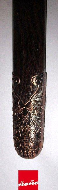 Jian o espada recta china (Tai Chi & Kung Fu). Mide 1 mt. Hoja y ornamentos metálicos. Mango y vaina de madera. Incluye borlas rojas y cadena para colgar.