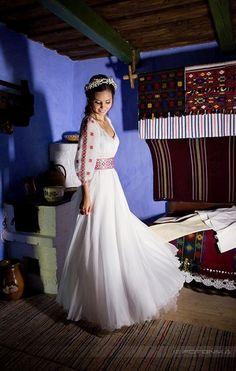 Pure beauty of the Ukrainian bride. Romanian Wedding, Russian Wedding, Traditional Wedding Dresses, Traditional Outfits, Wedding Attire, Wedding Gowns, The Bride, Folk Fashion, Foto Art