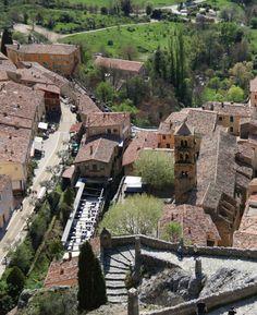 Vlakbij de Gorges du Verdon: het dorp Moustiers-Sainte-Marie, Provence, Frankrijk Moustiers Sainte Marie, Camping, Travel Tips, Journey, Mansions, House Styles, City, Photos, Beautiful