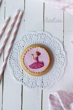 Galleta de princesa decorada con fondant y glasa real sin huevo, inspirada en un cuento de hadas. #galletas #fondat #glasa #sinhuevo