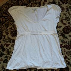 White V Neck Large AE top This is a perfect condition gently loved large American Eagle T shirt that is gathered under thr bust. Would look great with a statement necklace. American Eagle Outfitters Tops