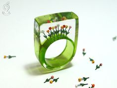 Tulips from Amsterdam - springlike flower ring with colourful plastic mini-tulips on a green ring made of resin
