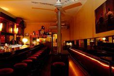 """Merbeyé...Se trata de un bar-coctelería donde todo tiene un genuino aire nostálgico, con decoración de los 80, coctelería old-school y un toque gamberro. Mariscal y su tropa frecuentaban el local, y hasta el mismísimo Loquillo lo mencionó en su canción """"Cadillac Solitario"""". Además, las vistas son uno de sus puntos fuertes, pues se logra una panorámica increíble de Barcelona."""