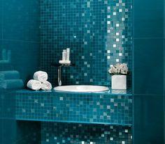 faïence murale en bleue pour une salle de bains moderne