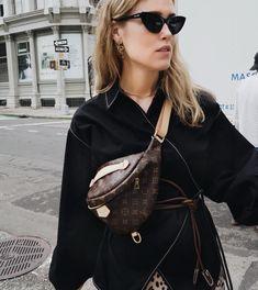 The belt bag - your best friend during . Street Hijab Fashion, Muslim Fashion, Covet Fashion, Fashion 2020, Women's Fashion, Womens Fashion Online, Latest Fashion For Women, Waist Purse, Belt Purse