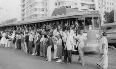 Bonde em frente à estação Central do Brasil, em 26 de maio de 1959. Importante meio de transporte da época Agência O Globo