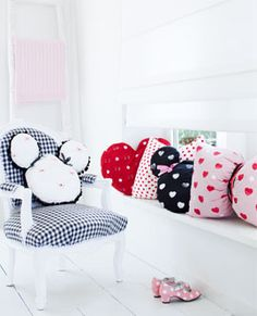 Mickey Mouse pillow tutorial.