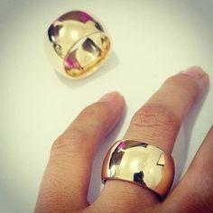 Par de alianças de moeda antiga 14mm de largura abaulada Engagement Rings Couple, Couple Rings, Wide Wedding Bands, Wedding Rings, Gold Jewelry, Jewelry Accessories, Jewellery, Gold Ring Designs, Bold Rings