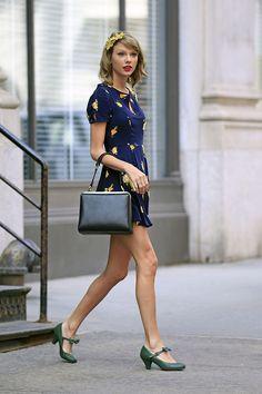 Vestido estampado de Urban Outfitters, el bolso Agatha de Dolce & Gabbana, zapatos Mery Jane de Shelly's y diadema con flor de Anthropologie.
