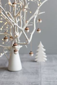 White Christmas with natural white felted acorns! A collection of 6 ornaments to give as gifts or to make your home more beautiful this holiday season. White Christmas Ornaments, Noel Christmas, Simple Christmas, Christmas Crafts, Nordic Christmas Decorations, Minimalist Christmas Tree, Hygge Christmas, Minimal Christmas, Acorn Decorations
