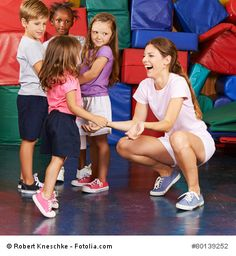 Im Takt der Königin marschieren: Ein Bewegungsspiel für Kinder. Wer sagt, wo es langgeht? Natürlich die Königin! Bei diesem Bewegungsspiel darf jedes Kind einmal Königin sein. Und somit auch bestimmen. Denn es gibt Takt und Rhythmus vor und befiehlt, wie die anderen Kinder sich fortbewegen sollen.