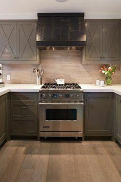 une cuisine moderne de couleur taupe, meuble en bois taupe, cuisine aménagement de cuisine
