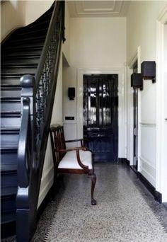 Klassieke hal met granieten vloer en zwarte accenten zwarte trap