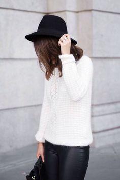 Calça de couro e trico.