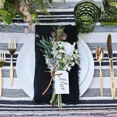 os guardanapos estão dobrados da maneira clássica, mas dispostos na mesa de jeitos simpáticos e diferentes: sobre os pratos, sob os pratos, na lateral, etc.