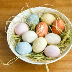 Cómo teñir naturalmente Huevos de Pascua