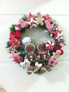 Guirlanda de vime Gingerbreads Linda guirlanda de vime revestida com festão natalino e ornamentos em tecido 100% algodão. Casal de bonecos Gingerbreads em tecido algodão, enchimento siliconizado. Medidas aproximadas: 50 cm diametro