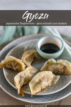 Gyoza – Japanische Teigtaschen Gyoza are my absolute favorites when it comes to Asian dumplings. They are not only made fast, but really simple and fantastic in taste. You can fill it vegan, vegetarian or classic. Meat Recipes, Asian Recipes, Chicken Recipes, Japanese Dumplings, Gyoza, Kids Meals, Easy Meals, Meat Appetizers, Gastronomia