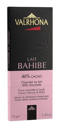 BAHIBE 46% Bahibe, avec sa forte teneur en cacao, invite à l'équilibre entre la douceur du lait et des notes cacaotées intenses, le tout teinté de fruits secs et relevé d'une acidité fruitée et d'une légère amertume. Pur République Dominicaine. BAHIBE 46% Bahibe, with its high cocoa content, offers a balance between the sweetness of milk and the intensity of cocoa notes, with an overall hint of nuts enhanced by a fruity acidity and a slightly bitter flavor. Pure Dominican Republic.