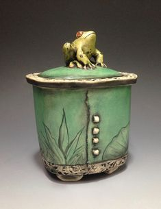 Hand built, beautiful lidded clay boxes by Babette Harvey :) Pottery Pots, Raku Pottery, Pottery Sculpture, Slab Pottery, Sculpture Clay, Pottery Ideas, Ceramic Boxes, Ceramic Jars, Ceramic Clay