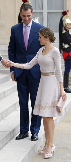 King Felipe and Queen Letizia arrived in Paris this morning for an official visit. This is the royal couple's fourth international trip since enthronement . Princess Letizia, Queen Letizia, Elegant Outfit, Classy Dress, Royal Fashion, White Fashion, Beautiful Gowns, Beautiful Outfits, Modest Fashion
