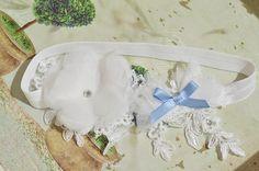 Ślubna podwiązka z kwiatem i niebieską kokardką.  Madame Allure - sklep internetowy z ozdobami ślubnymi!  #podwiazka #cośniebieskiego