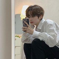 Image may contain: one or more people, phone, closeup and indoor Korean Boys Hot, Korean Boys Ulzzang, Ulzzang Boy, Korean Men, Cute Asian Guys, Cute Guys, Asian Boys, Korean Boy Hairstyle, Pelo Ulzzang