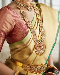 in the heritage city of Hyderabad, is known for its heirloom collections. At Pratiksha Kishandas's new bridal… Antique Necklace, Antique Jewellery, Gold Jewellery, Silver Jewelry, Jewellery Designs, High Jewelry, India Jewelry, Latest Jewellery, Blouse Designs