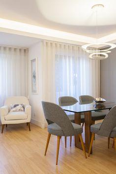 Mesa de vidro / cadeira / poltrona / cortinados / quadro / candeeiro de tecto