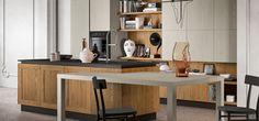 Il design industry di Asia di Arredo3 Cucine: basi in legno vintage miele, pensili e colonne laccato poro aperto castoro e piano di lavoro in okite.