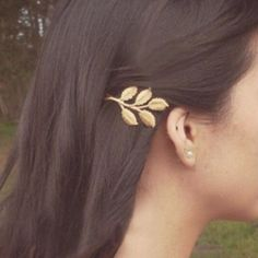 Beautiful golden leaf hairpin 100% Brand New. Trending this new year we bring you this beautiful leaf golden hair pin. Material : Alloy, One size that is approx 5 cms in length. Price firm. Feel free to ask any questions. Thank you and namaste  Accessories Hair Accessories