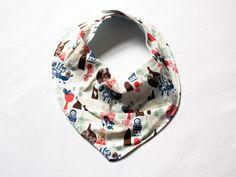 Babador bandana estampa matrioscas, confeccionado em tecido 100% algodão.
