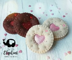 Magnets Quotes Sayings Christmas Fair Ideas, Christmas Makes, Felt Decorations, Handmade Decorations, Valentine Cookies, Valentine Gifts, Cupcake Pictures, Felt Crafts Patterns, Felt Play Food