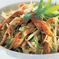 Salade tiède de volaille à l'orientale | Ready Set Eat Asian Chicken Wraps, Asian Chicken Salads, Teriyaki Stir Fry Sauce, Vh Sauces, Oriental Salad, Ramen Salad, Potluck Salad, Dinner Is Served, Mets
