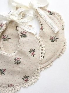 Handmade Linen & Lace Bib Nine Toes & Co on Etsy Handgemachtes Baby, Baby Kind, Diy Baby, Baby Sewing Projects, Sewing Crafts, Bib Pattern, Etsy Handmade, Handmade Baby Gifts, Boho Baby