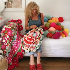 Look at her colors! Crochet by Adindia Zoutman Freeform Crochet, Crochet Art, Love Crochet, Crochet Shawl, Crochet Crafts, Crochet Flowers, Quirky Fashion, Crochet World, Crochet For Beginners