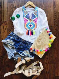 embroidery, embroidered tops, tassels, tassel tops, tassel outfits, embroidered tops, pom poms, pom pom clutches, pom pom bags, cute outfits, outfits, summer outfit, spring outfit, summer fashion, spring fashion, denim short outfit, denim shorts, how to style your top, girls night out outfit