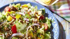 Texmex-tyylinen jauheliha-nachosalaatti on helppo valmistaa. Texmex-salaatti sopii hyvin esimerkiksi illanistujaisiin tai piknikille.