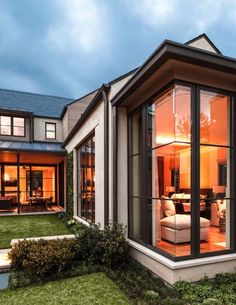 Stocker Hoesterey Montenegro Architects designed this fabulous contemporary home that surrounds a courtyard, located in Dallas, Texas. Modern Courtyard, Courtyard Design, Courtyard House, Diy Living Room Paint, Dallas, Room Paint Colors, House Windows, Architect Design, Bars For Home
