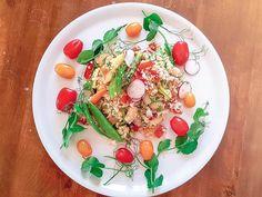 Ruokaisa salaatti täynnä terveellisiä juureksia. Paahda juurekset al dente, jotta niihin jää pieni rapeus. Käytä kotimaisia juureksia ja vihanneksia. #bulgursalaatti #kesäsalaatti #kasvisreseptit #kasvisruoka Tapenade, Caprese Salad, Pizza, Food, Bulgur, Red Peppers, Meal, Essen, Hoods