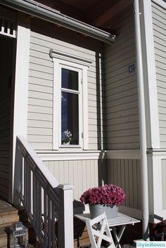 Vårt 20-talshus - exteriör - Ett inredningsalbum på StyleRoom av Signe09 Exterior Design, Countryside, Garage Doors, Villa, Windows, Cottages, Outdoor Decor, House, Gardening
